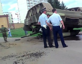 Bi hài xe tăng T-80 lật ngửa bụng trên đường ở Nga