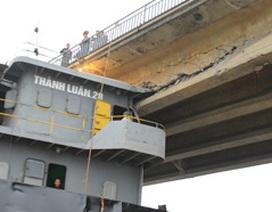 Cận cảnh dầm cầu bị tàu thủy đâm vỡ, nguy cơ sập cầu