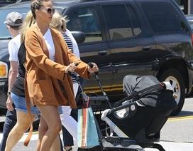 Siêu mẫu Mỹ lấy lại dáng thon sau khi sinh con 4 tháng