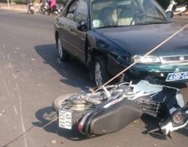 Ô tô biển xanh tông 2 xe máy, 3 người nhập viện