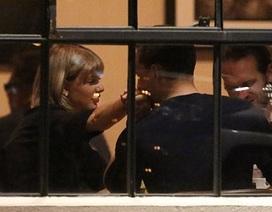 Bạn trai liên tục hôn tay Taylor Swift