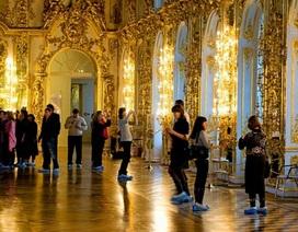 Du khách Trung Quốc gây phẫn nộ vì cho con tè bậy ở Cung điện Hoàng gia Nga