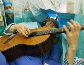 Người đàn ông vừa phẫu thuật não vừa chơi ghi ta