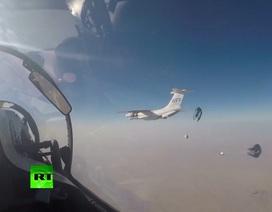 Su-30 Nga hộ tống vận tải cơ Il-76 thả hàng cứu trợ người dân Syria