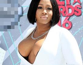 Choáng với váy siêu hở của ca sỹ được đề cử Grammy