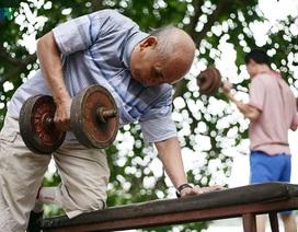 Cụ ông 76 tuổi vẫn ngày ngày tập đẩy tạ bên hồ Hoàn Kiếm