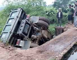 Cầu sập, xe tải cắm thẳng xuống suối