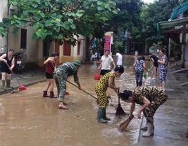 Hàng trăm người dân TP Yên Bái dọn bùn sau lũ
