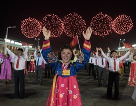 Người Triều Tiên múa hát, bắn pháo hoa bất chấp căng thẳng leo thang