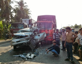 """3 nạn nhân kẹt cứng trong ô tô, khi bị xe tải """"ép"""" vào đuôi container"""