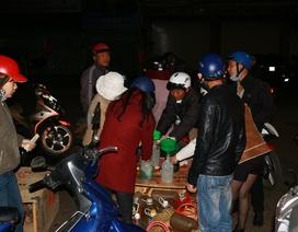 Đêm 30 Tết: Cây xăng nghỉ, người dân chờ đổ xăng lẻ giá cao