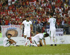 Hoà U22 Việt Nam, cầu thủ Indonesia quỳ xuống sân, ăn mừng như vô địch