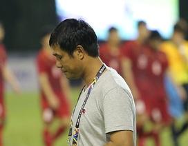 Vì sao HLV Hữu Thắng ngoảnh mặt, không bắt tay cầu thủ?