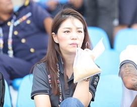 Nữ trưởng đoàn U22 Thái Lan lạnh lùng, đăm chiêu trước trận gặp U22 Việt Nam