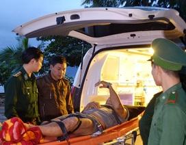 Đưa 2 thuyền viên bị thương ngoài biển vào đất liền cấp cứu