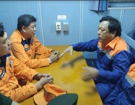 Giải cứu thành công 8 thuyền viên bị sóng đánh chìm tàu trên biển