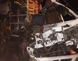 Tai nạn trên cao tốc, tài xế và phụ xe kẹt cứng trong cabin