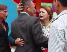 Xúc động clip nước mắt người cha tiễn con gái về nhà chồng