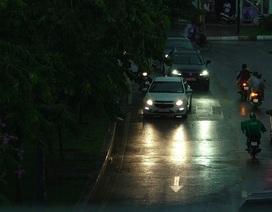 """Mưa lớn diện rộng, Sài Gòn """"lên đèn"""" giữa ban ngày"""