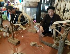 Xem các nghệ nhân trình diễn kỹ thuật ươm tơ dệt lụa