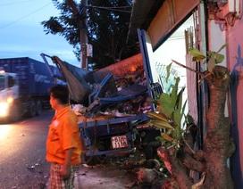 Bị xe đầu kéo húc, xe chở rác lao vào nhà dân, 2 người trọng thương