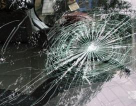 3 thanh thiếu niên rủ nhau ném đá vào xe ô tô... cho vui