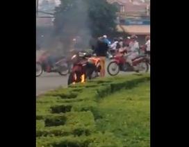Cứu kịp thời người đàn ông tự thiêu cùng xe máy