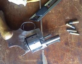 Kiểm tra vi phạm tốc độ, phát hiện hai đối tượng mang theo súng