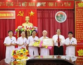 UBND tỉnh Hà Tĩnh tặng Bằng khen cho 2 bác sỹ người Pháp