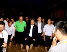 Thủ tướng lội nước lụt thị sát phố cổ Hội An
