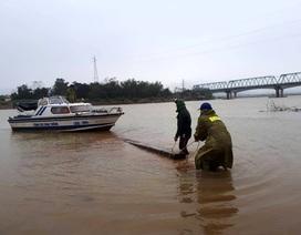 Truy đuổi lâm tặc chở gỗ lậu trên sông trong đêm mưa lớn