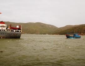 Sóng đánh sập cabin tàu cá, 3 ngư dân bị thương