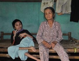 Mẹ già tủi cực trước cảnh con gái bị bại não, con trai phát bệnh tâm thần