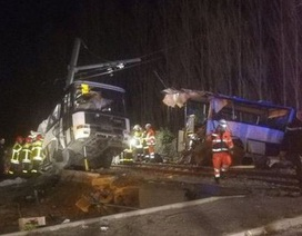 Tàu Pháp đâm xe buýt gẫy làm đôi, 4 thiếu niên thiệt mạng