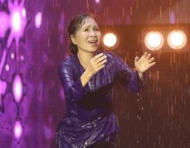 NSƯT Kim Xuân gây xúc động với màn múa dưới mưa lạnh vì con trai