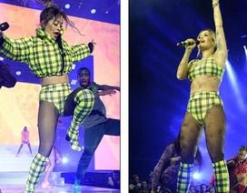 """Rita Ora gợi cảm và bốc lửa với đồ diễn """"thiếu vải"""""""