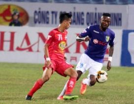 """Tranh cãi về pha vào bóng """"liều lĩnh"""" của Samson ở V-League"""