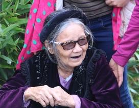 Con cháu giúp cụ bà 82 tuổi leo núi Yên Tử bái Phật