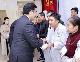 Thán phục người Nhật: 2 giám đốc đứng cả ngày chào hỏi bệnh nhân