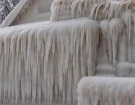 """Mỹ: Cả ngôi nhà bị băng tuyết """"bọc kín"""", không còn lối ra"""