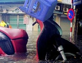 """Khách Tây lạ lẫm xem phố cổ Hà Nội thành """"biển nước"""" sau bão"""