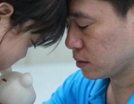Xót xa em bé 7 tuổi từ chối điều trị bệnh, dành tiền để bố cứu em gái