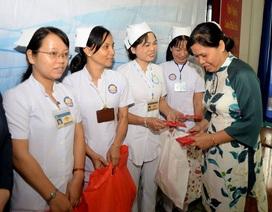 100 phần quà Tết đầu tiên đến với giáo viên, nhân viên y tế
