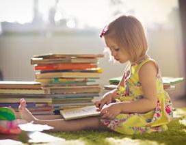 Kỳ lạ cô bé 4 tuổi đọc hơn… 1.000 cuốn sách