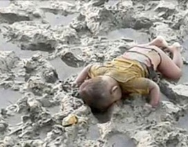 Ảnh em bé tị nạn chết úp mặt xuống bùn gây rúng động