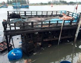 Tàu cá bất ngờ bốc cháy, 3,6 tỷ đồng ra tro