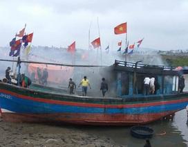 Tàu cá đang neo đậu bỗng bốc cháy ngùn ngụt