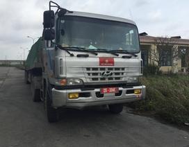 Hạ tải và tạm giữ 2 xe biển đỏ chở thép tấm vượt tải hơn 100%