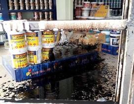 """Hà Nội: Liên tiếp bị ném """"bom bẩn"""" kín nhà, người dân kêu cứu khẩn cấp"""