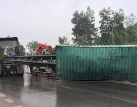 Thùng container trên xe đầu kéo bất ngờ rơi xuống đường